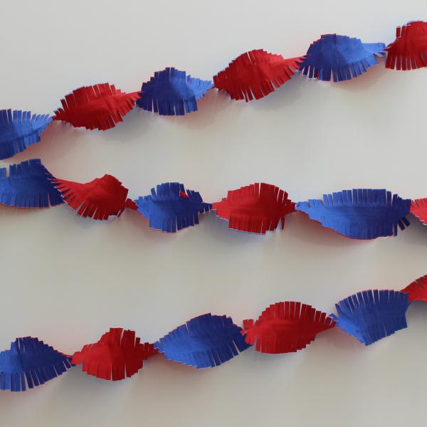 Kreppgirlande rot-weiss-blau, 24 Meter, flammenhemmend